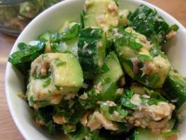 Салат из авокадо, огурцов и лосося