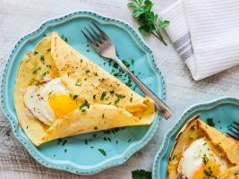 Блинчики с яйцом, ветчиной и сыром