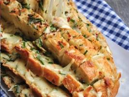 Хлеб запеченный с чесноком и зеленым луком