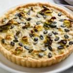 Пирог с луком-порей, брюссельской капустой и заварным кремом