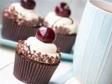 Шоколадные капкейки с черешней и творожным кремом