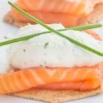 Закуска с копченым лососем и козьим сыром