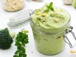 Хумус с брокколи и орегано