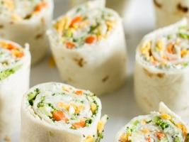 Рулеты из лепешек с сыром и овощами