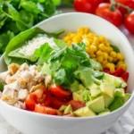 Салат с курицей, шпинатом и авокадо