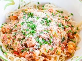 Спагетти с креветками, чесночным соусом и беконом