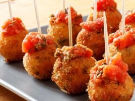 Жареные шары моцарелла с томатным соусом