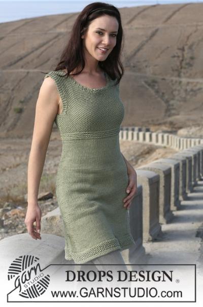 Вязаное спицами платье от Drops Design