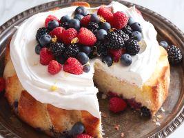 Лимонный пирог со сливками и ягодами