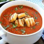 Томатный суп с базиликом и гренками
